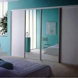 Именно встроенные шкафы в спальне позволяют оправдать их размещение в этом помещении при недостатке площади