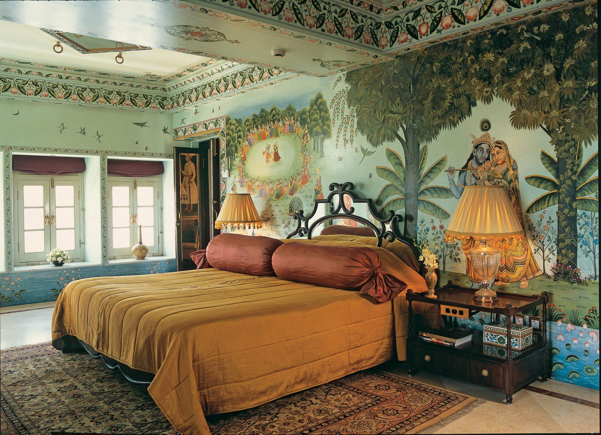 Индийские орнаменты и мотивы настенных панно живописно отражают реалии Индии.