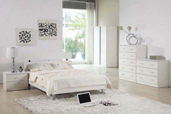 Интерьер белой спальни желательно разбавить аксессуарами в контрастных тонах.
