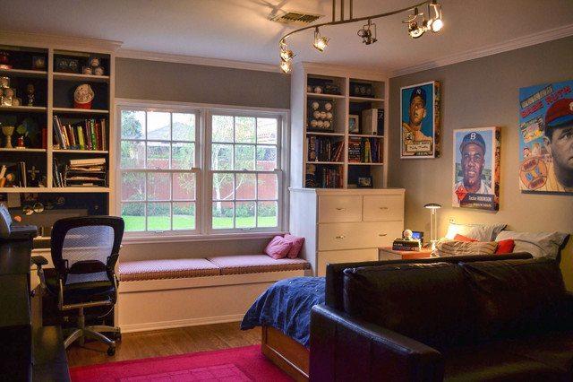 Интерьер подростковой комнаты с диваном в гостевой зоне.
