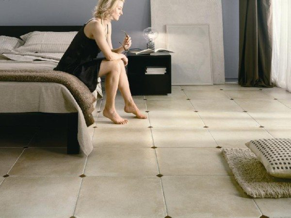 Интерьер спальни в средиземноморском стиле обязательно дополняется напольным покрытием в виде керамической плитки.