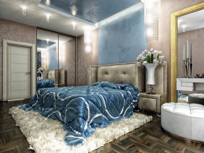 Интересное расположение зеркал и декоративных элементов на стене спальни