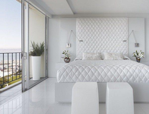 Исключительно белые краски. Текстиль делает строгий интерьер мягким и «пушистым».