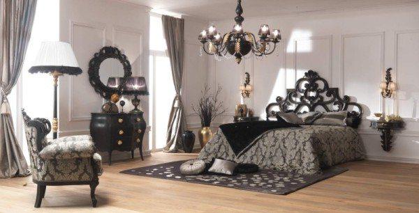 Искусная вязь в изголовье повторяется в оформлении зеркала и декоре люстры