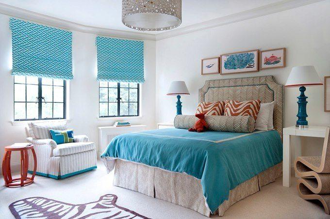 Использование сочетания бирюзового и белого цвета в оформлении спальни создает ощущение голубого воздушного пространства.