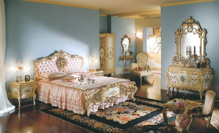 Итальянская модель с зеркалом в интерьере спальни
