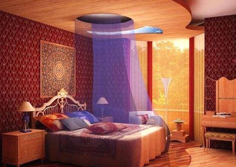 Изголовье арабской кровати акцентируем роскошной спинкой, украсим стену красивым гобеленом с орнаментальной композицией.