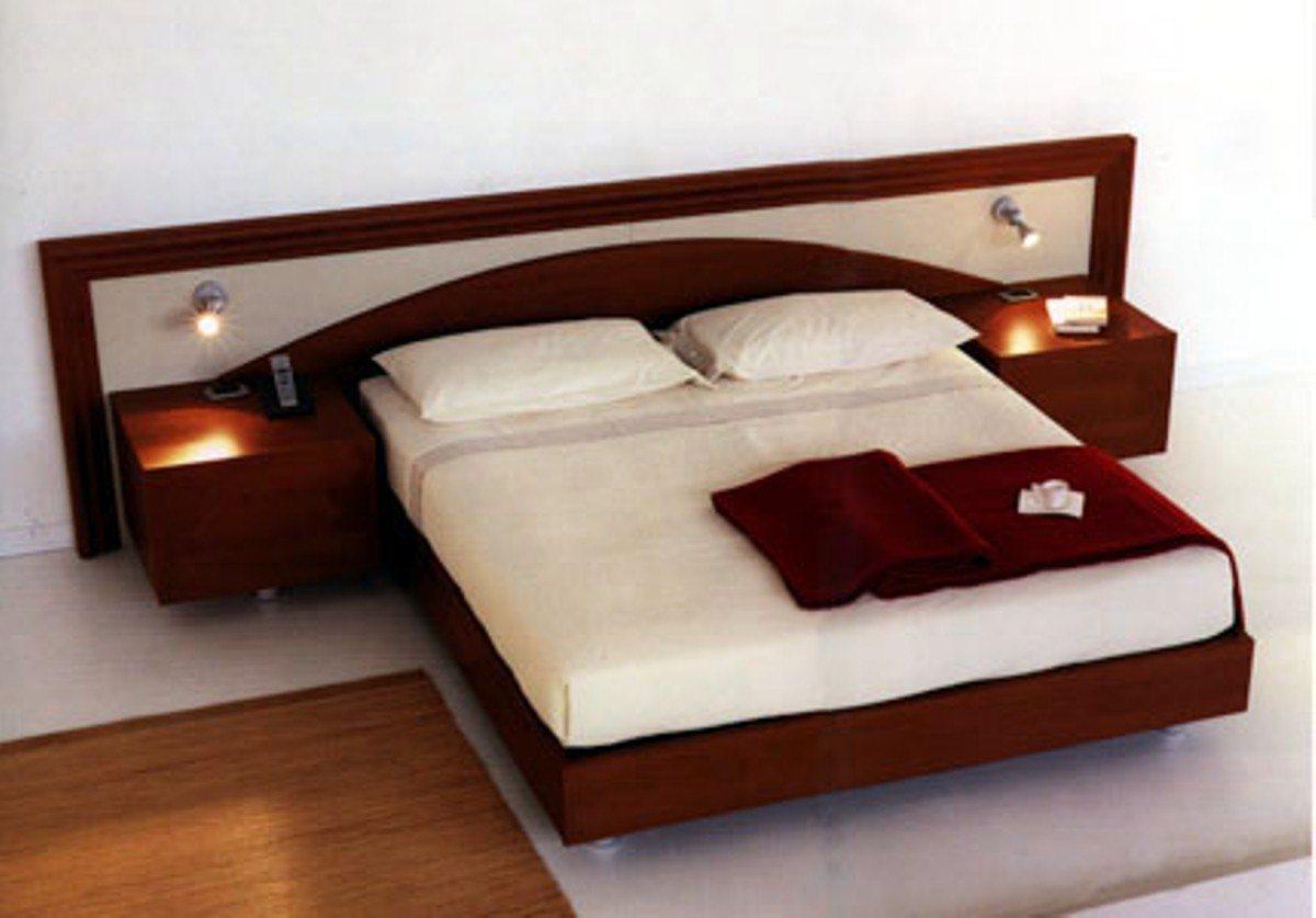 Изголовье кровати, две прикроватные тумбы и сама кровать создают единый удобный комплекс.