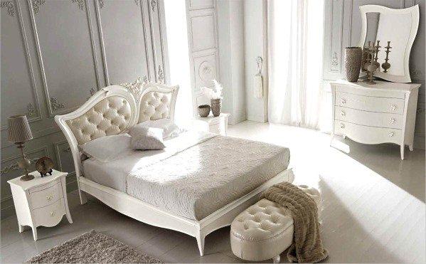 Изголовье кровати и белый глянцевый комод для спальни с элементами барокко.