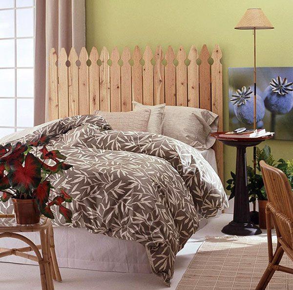Изголовье кровати выполнено в виде штакетника, которое помогает создать определенную стилевую направленность.