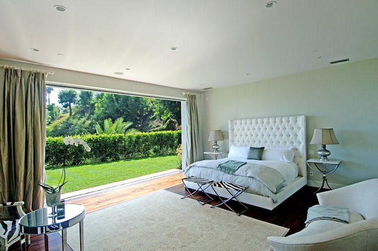 Изображение спальни с имитацией окна из фотообоев.