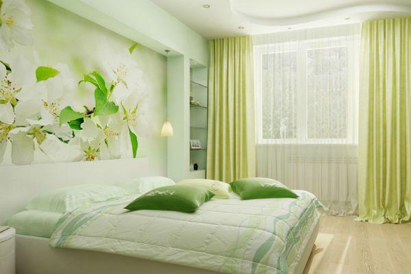 Изящные цветы на стене являются изюминкой этой комнаты.