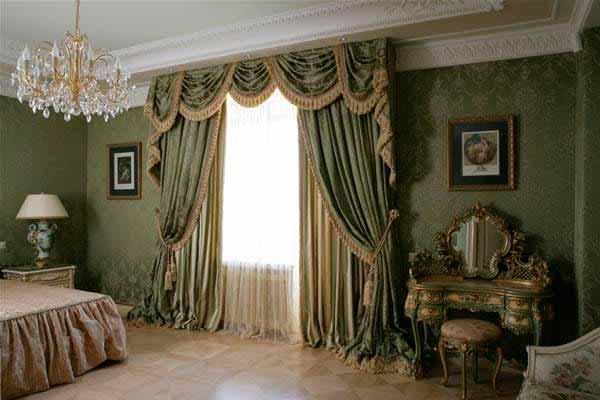 Изысканные шторы и легкий тюль в классическом интерьере