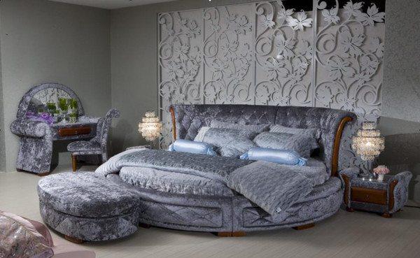 Изысканный интерьер с закругленной кроватью