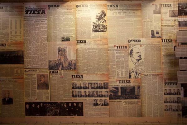 Как будет выглядеть стена со старыми газетами? Модные тенденции превосходят воображение!