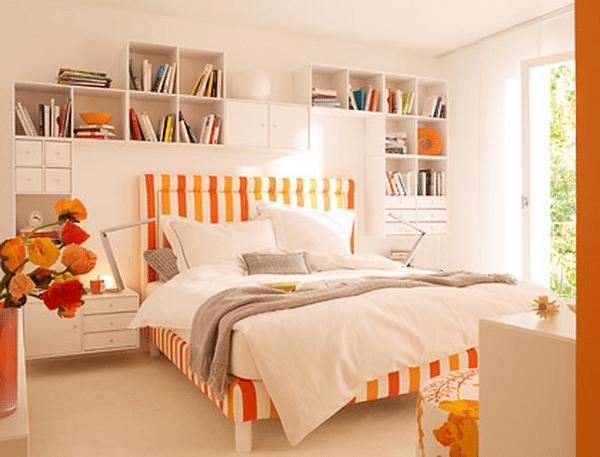 Как обустроить навесные полки в небольшой спальне
