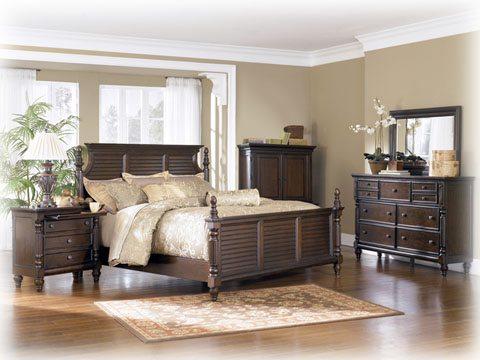 Как видно на фото, чтобы подчеркнуть красоту мебельного гарнитура из натурального дерева, не стоит отвлекать взгляд ярким оформлением стен