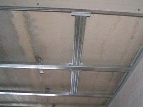 Каркас для одноуровнего потолка – самый несложный вариант.