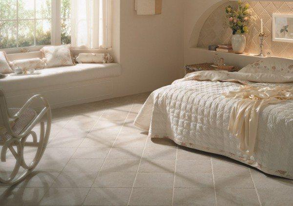 Керамическая напольная плитка для спальни– один из наиболее практичных материалов.