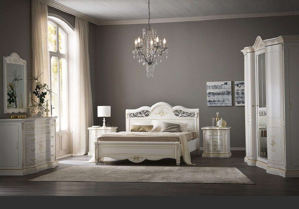 Классическая спальня с белым комплектом мебели.