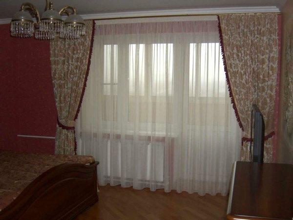 Классические шторы в спальню с балконной дверью.