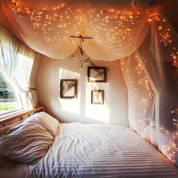 классное освещение на балдахинах над широкой кроватью