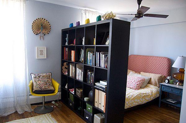 Книжные полки могут быть отличной «стеной» между двумя зонами