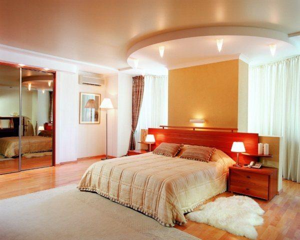 Комбинированный натяжной потолок с декоративными элементами из гипсокартона.