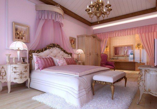 Комната для новобрачных в классическом исполнении, поделенная на функциональные зоны, в одной из которых расположена удобная двуспальная кровать.