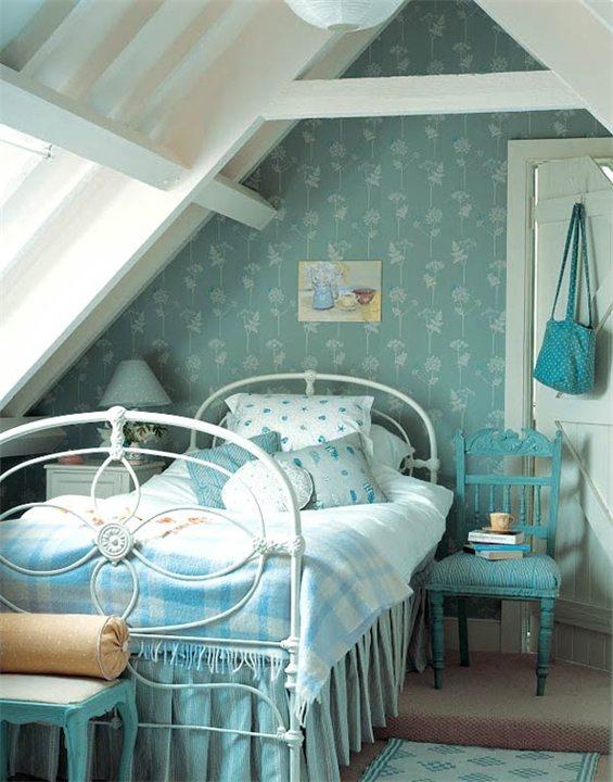Комната отдыха под крышей в синих цветах