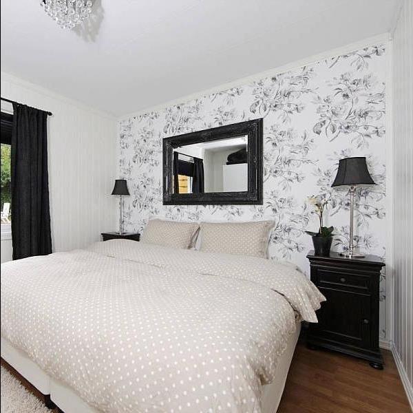 Комната отдыха во всей красе классических оттенков: контрастный белый цвет и черный - достойный тандем.