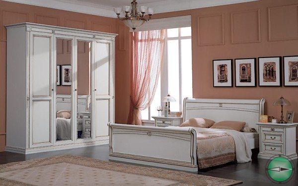 Комната с белой мебелью на теплом фоне.