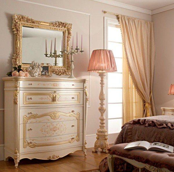 Комод должен гармонировать с иными предметами: вся мебель для спальни в классическом стиле имеет плавные изгибы без острых углов.