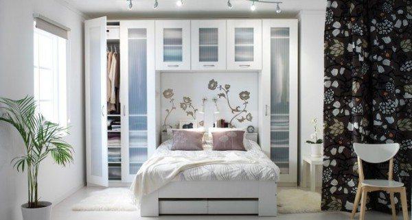 Компактное расположение шкафа и кровати у одной из стен.