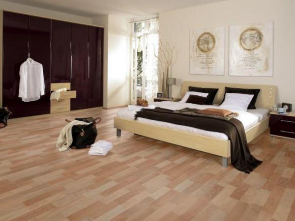 Красивая и уютная спальня с покрытием из ламината