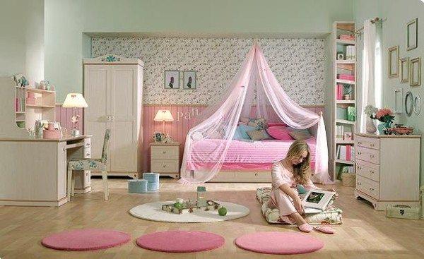 Красивая комната с небольшим окном