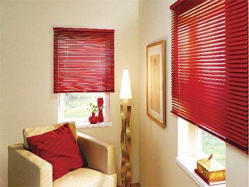 Красные жалюзи – привнесут яркость в оформление спальни