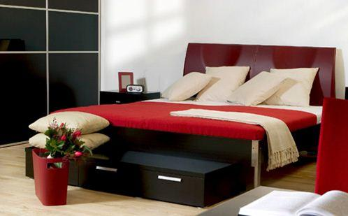 Красный лучше внедрять в виде декора или в элементах мебели, переизбыток его может отразиться на настроении не лучшим образом.