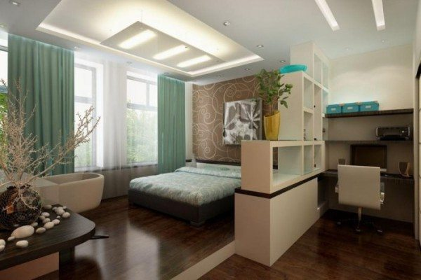 Кровать – основной предмет в спальне: перегородка удачно разграничила зону отдыха.