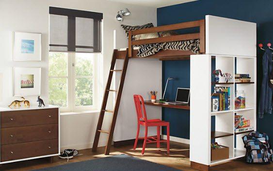 Кровать - чердак с рабочей зоной позволяет осуществить зонирование пространства в маленькой комнате.