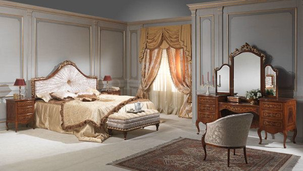 Кровать дополнена изящной удобной банкеткой