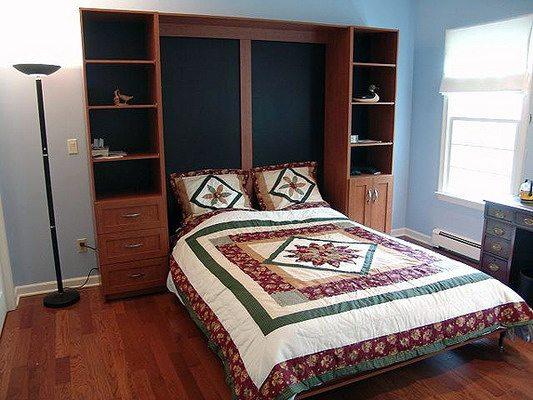 Кровать и шкаф в небольшой спальне