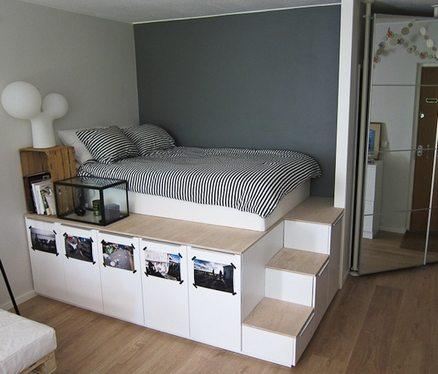 Кровать на подиуме в самом укромном уголке