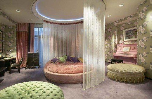Кровать, отделенная шторами