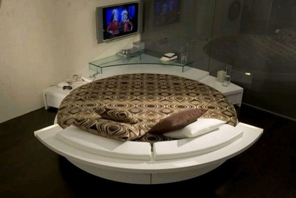 Кровать, развернутая изголовьем в центр комнаты