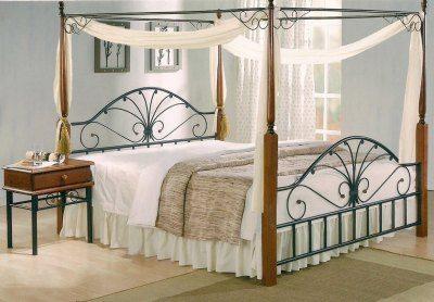 Кровать с балдахином посреди комнаты