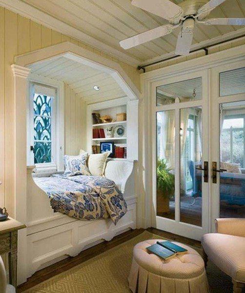 Кровать в нише у окна