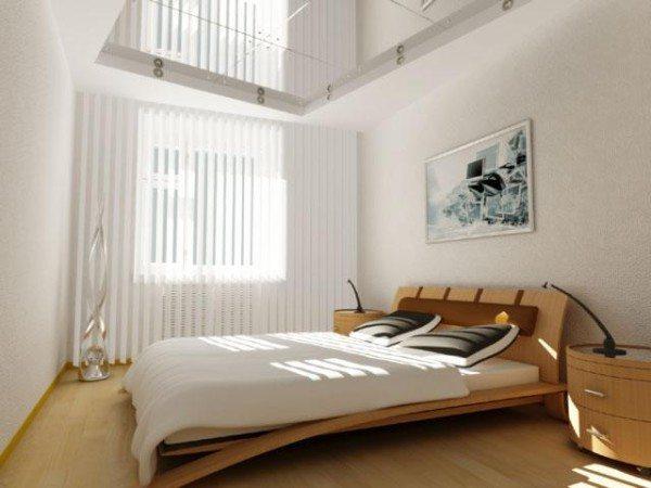 Кровать в просторной спальне