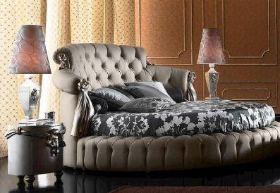 Круглая кровать и такой же формы прикроватная тумба составляют единый ансамбль