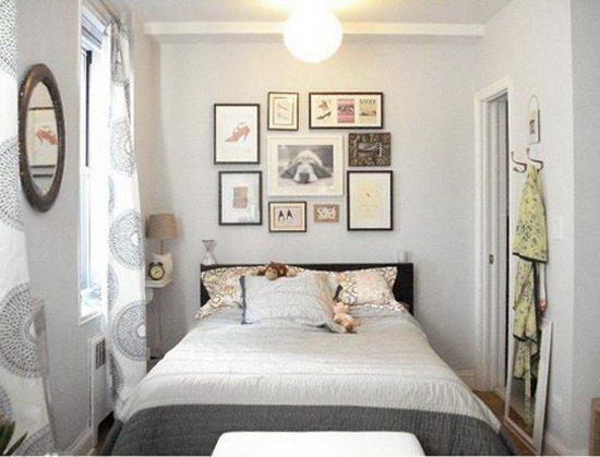 Маленькая, но уютная спальня в светлых тонах.